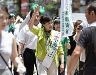支持を訴える小池百合子氏(中央)=2016年7月18日、猪飼健史撮影