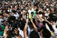 街頭で笑顔を見せる都知事選候補の小池百合子氏(中央右)とマック赤坂氏(同左)=東京都中央区で2016年7月16日午後3時9分、小出洋平撮影