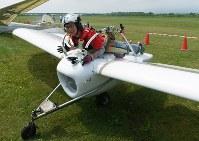 「メーヴェ」をモデルにした飛行機の公開試験飛行を終え、地上で機体の操縦方法を話す八谷和彦さん=北海道滝川市のたきかわスカイパークで2016年7月31日午前10時38分、手塚耕一郎撮影