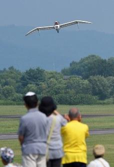 大勢の人が見守る中、空に舞い上がった「メーヴェ」をモデルにした飛行機=北海道滝川市のたきかわスカイパークで2016年7月31日午前9時28分、手塚耕一郎撮影