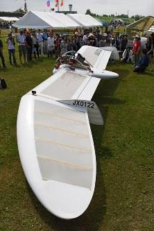 公開試験飛行を終えて展示される、「メーヴェ」をモデルにした飛行機=北海道滝川市のたきかわスカイパークで2016年7月31日午前9時45分、手塚耕一郎撮影
