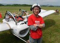 「メーヴェ」をモデルにした飛行機の公開試験飛行を終え、取材に応じる八谷和彦さん=北海道滝川市のたきかわスカイパークで2016年7月31日午前10時32分、手塚耕一郎撮影