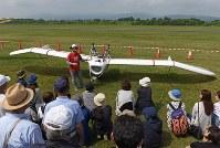 「メーヴェ」をモデルにした飛行機の公開試験飛行を終え、機体について説明する八谷和彦さん=北海道滝川市のたきかわスカイパークで2016年7月31日午前9時43分、手塚耕一郎撮影