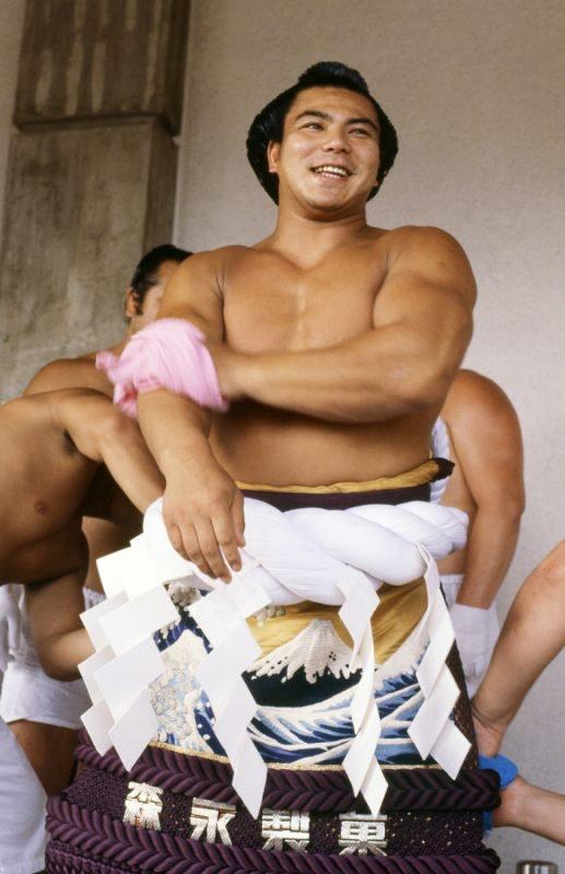 汗を拭く千代の富士