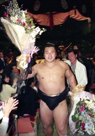 花束を受ける千代の富士