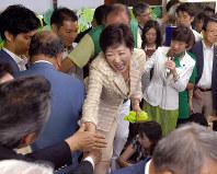当選確実となり支援者と握手する元防衛相の小池百合子氏=東京都豊島区で2016年7月31日午後8時23分、竹内幹撮影