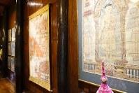 「ジム・トンプソンの家」の壁に飾られた古い仏教絵画=岩佐淳士撮影