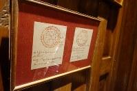 「ジム・トンプソンの家」の壁に掲げられていた紙。トンプソン氏を診た占い師が使った図表だという=岩佐淳士撮影