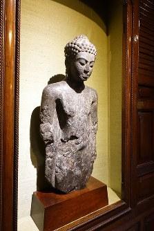 「ジム・トンプソンの家」に飾られた古い仏像=岩佐淳士撮影