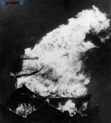 名古屋城炎上。米軍のB29編隊の落とす焼夷弾が天守閣に命中した。残ったのは3つの隅櫓(すみやぐら)と表二正門など3門と石垣だけだった=1945(昭和20)年5月14日