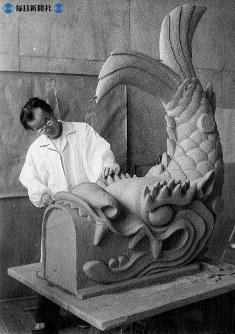 名古屋城再建。シャチの原型は愛知県岡崎市花崗(みかげ)町、鈴木基弘さんがつくっていた。高さ1.5メートル、尾をピーンとはったシャチは5月27日から石こうのふりかけを始め、6月初めから同市鴨田町の鋳造家、河内善四郎さんが鋳造にとりかかる。青銅製の見事なシャチ1対が6月末までには完成する=1958(昭和33)年5月27日