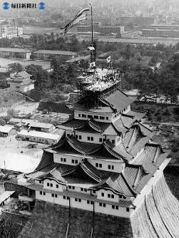完工間近の名古屋城。伊勢湾台風来襲(昭和34年9月26日)の5日後に完工式を迎えた。大きな被害が出た後だけに、式はささやかだった=1959(昭和34)年9月
