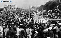 """名古屋城再建。晴れの郷土入りした再建名古屋城の金シャチを名古屋市民に見てもらうための""""金のシャチホコ市中パレード""""=1959(昭和34)年3月21日"""