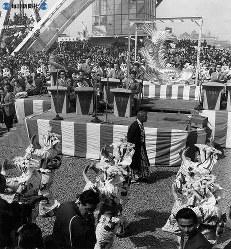 名古屋城再建。金シャチ(オス)を迎えて10万人の人出にわく=名古屋・テレビ塔下で1959(昭和34)年3月21日