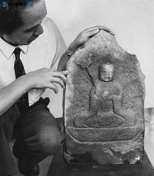 名古屋城修復工事中の石垣の中から発見された地蔵菩薩(ぼさつ)像。この地蔵尊は築城工事の犠牲者や各藩の築城競争で起きた刃傷ざたの死者をとむらうためのものであることは間違いないとみられる。こうした地蔵尊が見つかったのは全国でも珍しく、名古屋城の築城がいかに困難であったかを知る貴重な資料という=1971(昭和46)年9月2日