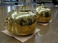 焼け落ちた天守閣の初代金シャチで作られた茶釜 =2005(平成17)年3月