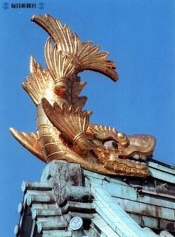 愛・地球博のため約20年ぶりに下ろされる名古屋城のシャチホコ=2003(平成15)年7月