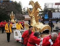 「金シャチ引き隊」に引かれ名古屋城を出る金シャチ=2005(平成17)年3月23日