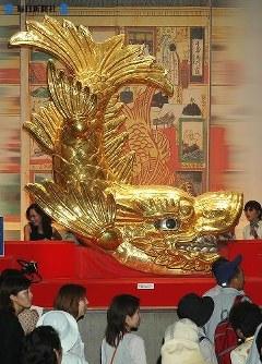 愛・地球博。大勢の人が訪れた名古屋城の金シャチ =2005(平成17)年6月17日