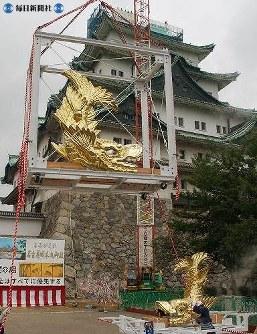 名古屋城の天守閣に戻る金シャチ=2005(平成17)年7月9日