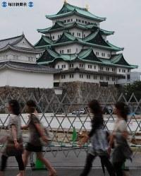 河村たかし市長は名古屋城天守閣の木造建て替え構想を打ち上げた。手前では本丸御殿の復元工事が始まっている=2009(平成21)年9月2日