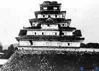 明治7年に取り壊される前の鶴ケ城(会津若松城)=1874年撮影