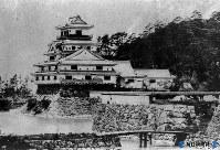 明治初期、取り壊される前の萩城天守閣