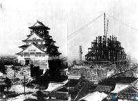 3代目大阪城天守閣の建設途上の鉄骨と完成直後の天守閣=1931年撮影