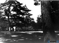 青森・弘前城公園と天守閣=1951年8月撮影