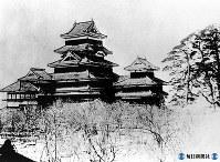 松本城の天守閣=1885年撮影(松本市提供)
