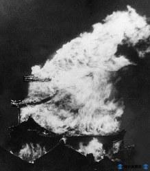 米軍のB29編隊の落とす焼夷弾が天守閣に命中して炎上する名古屋城=1945年5月14日撮影