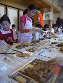 正福寺で開かれた「陶芸道場」でシーサーのお面を作る子ども達