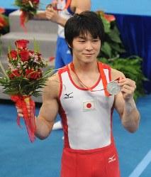 北京五輪の体操男子個人総合で銀メダルを手に喜ぶ内村航平=国家体育館で2008年8月14日午後1時53分、矢頭智剛撮影