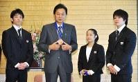 鳩山由紀夫首相(右から3人目)を表敬した体操世界選手権メダリストの(右から)内村航平選手、鶴見虹子選手、田中和仁選手=首相官邸で2009年10月27日午後1時2分、平田明浩撮影
