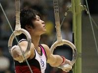 全日本体操競技選手権大会で内村航平のつり輪の演技=東京・代々木体育館で2010年5月8日、梅村直承撮影