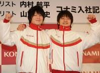 コナミグループへの入社が決まった体操の内村(左)と山室=東京都港区で2011年1月5日午後3時38分、芳賀竜也撮影
