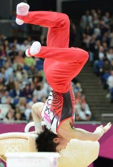 ロンドン五輪の体操男子団体総合決勝であん馬の降り技でバランスを崩す内村航平=英国・ロンドンのノースグリニッジ・アリーナで2012年7月30日、望月亮一撮影
