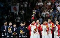 ロンドン五輪の体操男子団体決勝で金メダルを獲得した中国チームを横目に肩を落とす(左から)田中佑典、内村航平、山室光史、加藤凌平、田中和仁=ロンドンのノースグリニッジ・アリーナで2012年7月30日、佐々木順一撮影
