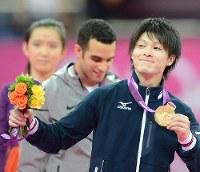 ロンドン五輪の体操男子個人で金メダルを手に笑顔を見せる内村航平選手=ロンドンのノースグリニッジ・アリーナで2012年8月1日、望月亮一撮影