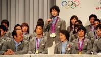 ロンドン五輪日本選手団帰国記者会見で金メダル獲得の喜びを語る内村航平選手(中央)=東京都港区で2012年8月14日午後9時27分、丸山博撮影