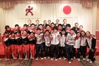 世界選手権へ向けて意気込みを見せた内村航平(前列右から6人目)、白井健三(同7人目)ら体操、新体操、トランポリンの日本代表選手=東京都港区の青山ダイヤモンドホールで2013年8月9日、石井朗生撮影