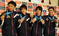 世界体操選手権で獲得したメダルを手にする左から亀山耕平選手、加藤凌平選手、内村航平選手、白井健三選手=東京都内のホテルで2013年10月8日午後0時1分、須賀川理撮影