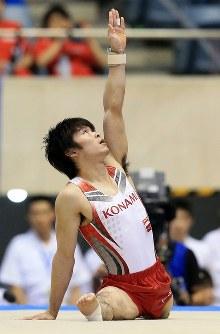 体操NHK杯、男子個人総合を制した内村航平の床運動の演技=東京・代々木第一体育館で2014年6月8日、梅村直承撮影