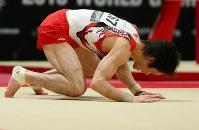 世界選手権男子予選での床運動で手をつく内村航平=イギリス・グラスゴーで2015年10月25日、小川昌宏撮影