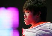 男子予選での床運動で、前の演技者・早坂尚人の得点が出されるのを待つ内村航平=イギリス・グラスゴーで2015年10月25日、小川昌宏撮影