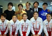 体操の日本代表を激励に訪れ、選手たちと記念写真に納まる鈴木大地・スポーツ庁長官(後列右から2人目)。後列左端が内村航平=イギリス・グラスゴーで2015年10月26日、小川昌宏撮影