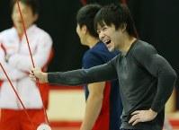 男子団体決勝を控え、練習でリラックスした表情を見せる内村航平(右)ら日本の選手たち=イギリス・グラスゴーで2015年10月27日、小川昌宏撮影