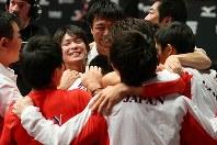 男子団体での優勝が決まり、肩を組んで喜び合う内村航平(中央左)ら日本の選手たち=イギリス・グラスゴーで2015年10月28日、小川昌宏撮影
