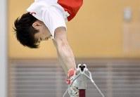 リオデジャネイロ五輪に出場する体操男子の日本代表強化合宿で、鉄棒の演技を練習する内村航平=東京都北区の味の素ナショナルトレーニングセンターで2016年6月10日、竹内紀臣撮影
