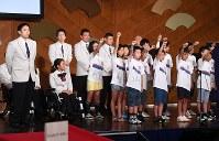 子どもたちからエールを受ける藤本怜央主将(手前左端)、上地結衣旗手(同左から2人目)らリオデジャネイロ・パラリンピック日本代表の選手たち=東京都千代田区で2016年8月2日午後2時46分、徳野仁子撮影